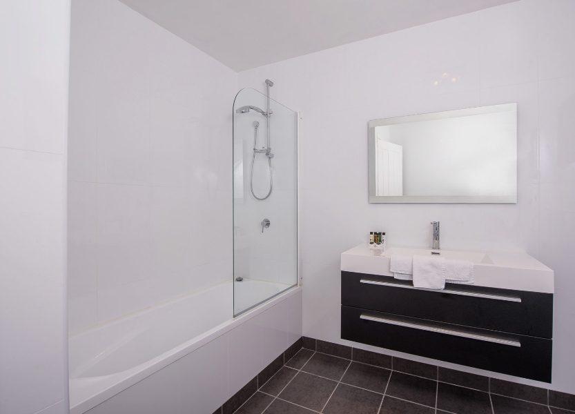 12 Gippsland St, Jindabyne - Bathroom