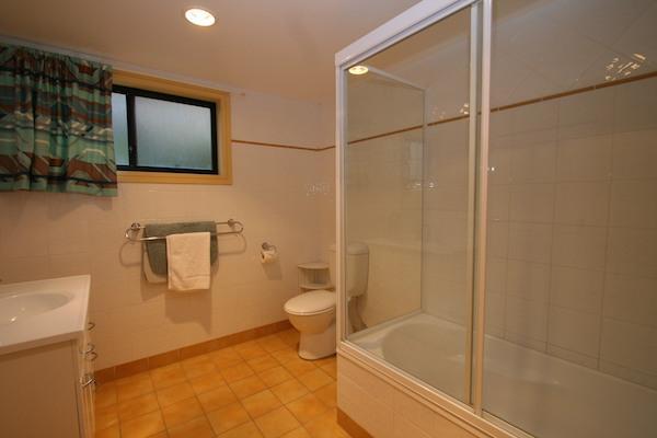 Dromaius 2, Jindabyne - Bathroom