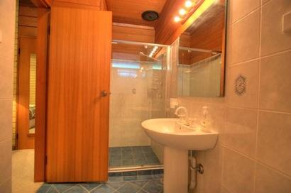 Ibis, Jindabyne - Bathroom