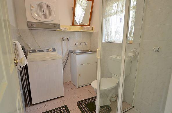 Twin Seasons 2, Jindabyne - Bathroom Laundry